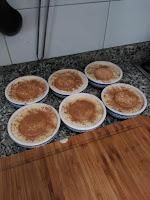 Poner la galleta y espolvorear por encima con canela molida