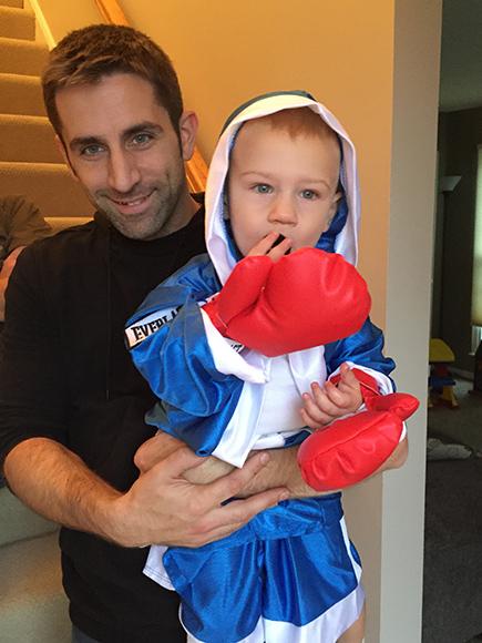 Stallone admira a bebé que imita sus movimientos en Rocky