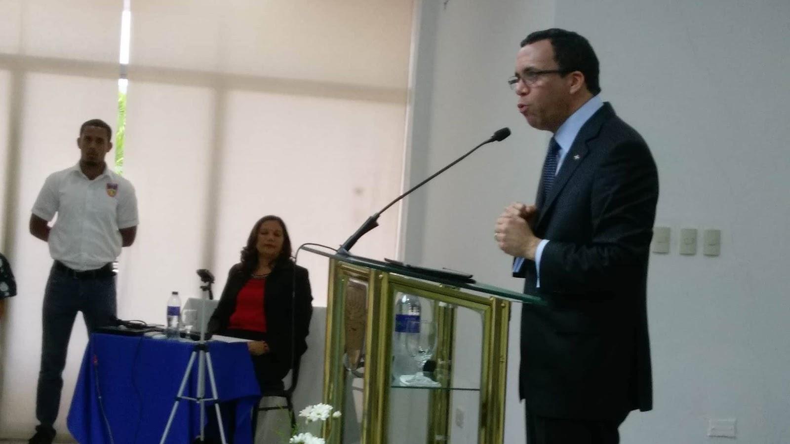 BARAHONA: Navarro aboga por un país de oportunidades.-