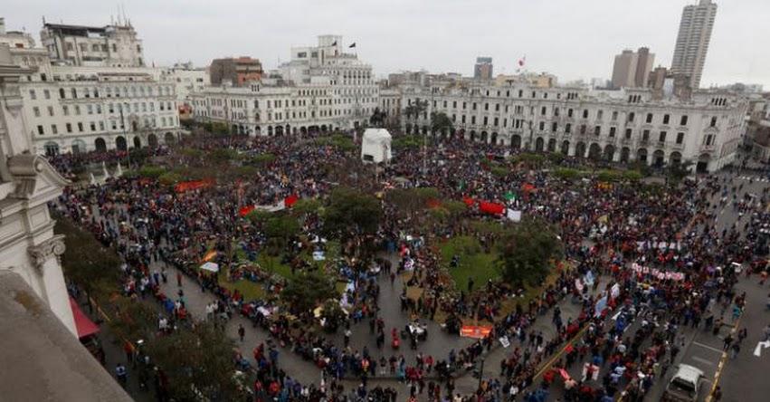 Maestros concentran en plaza San Martín y esperan reunión de dirigentes con Ministra de Educación