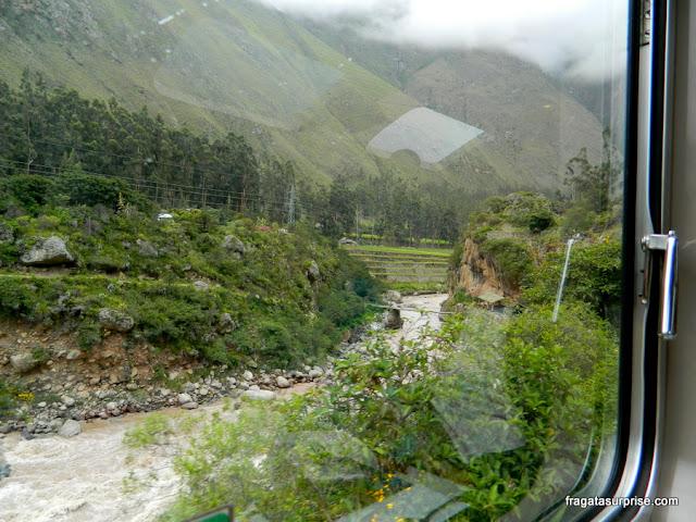 Paisagem da viagem de trem para Machu Picchu