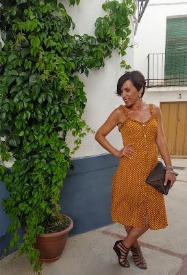 vestido con complementos marrones
