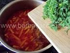 Ciorba de fasole verde pastai preparare reteta - punem mararul tocat