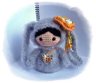 Куколка амигуруми в костюме зайки