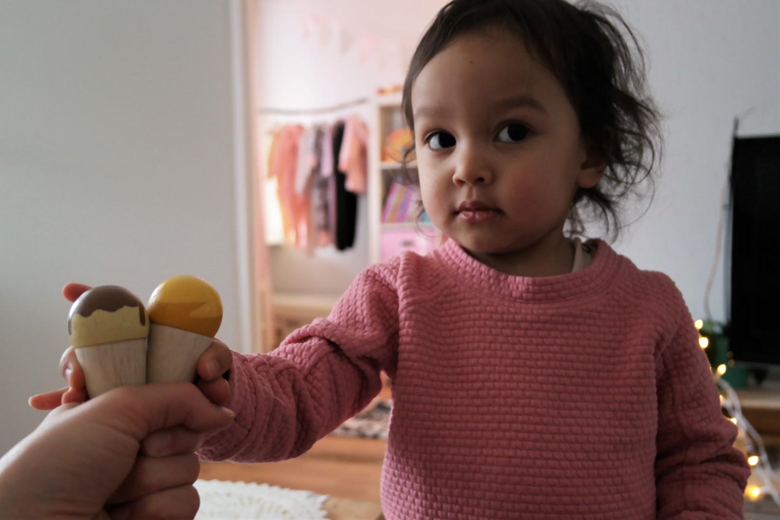Kuinka paljon kaksikielinen 2-vuotiaamme puhuu?