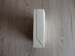 incolla i bordi del cartoncino per creare il sacchetto di natale