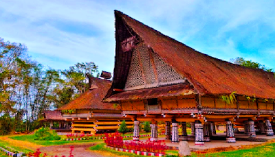 Provinsi Sumatra Utara  Rumah adat Sumatra Utara Jahu Balon, sebuah rumah ruang atas pertemuan keluarga besar. Berbentuk panggung dan untuk tempat tinggal. Pada ruang ini tak ada kamar-kamar dan biasanya 8 keluarga tinggal bersama-sama. Tempat tidur lebih tinggi dari dapur.