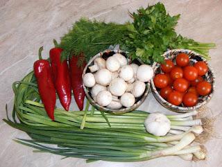 Ciuperci, rosii cherry, ceapa verde, usturoi verde, marar vere, patrunjel verde, ardei kapia, legume romanesti, legume pentru gatit, retete, retete culinare,