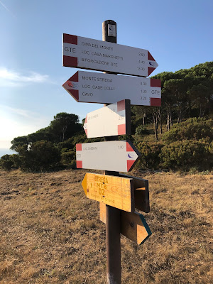 Trail signs above Nisporto indicating GTE and Monte Strega.