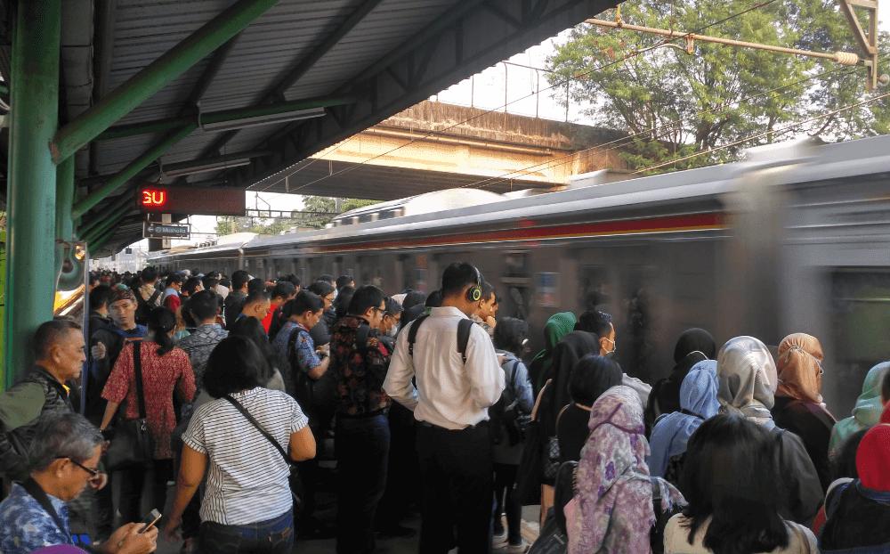 orang berangkat kerja naik kereta