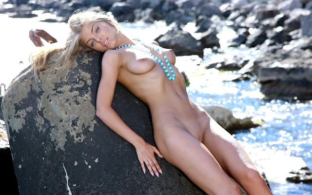 Стройная, голая, девушка, грудь, тело, животик, ножки, лежит, камень, вода, море