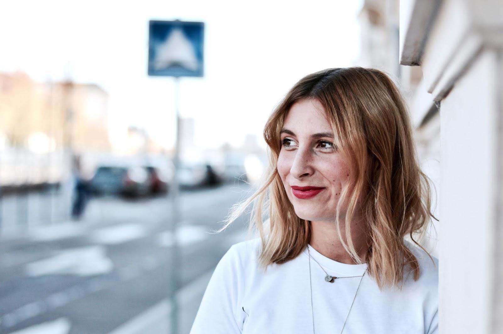 look femme automne : teeshirt seins dessinés et jupe-short kaki suédine
