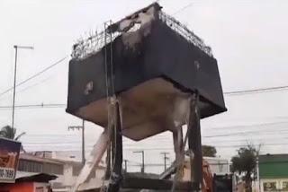 Caixa d'água é derrubada em Cabedelo e morador grava em vídeo o momento da queda; veja