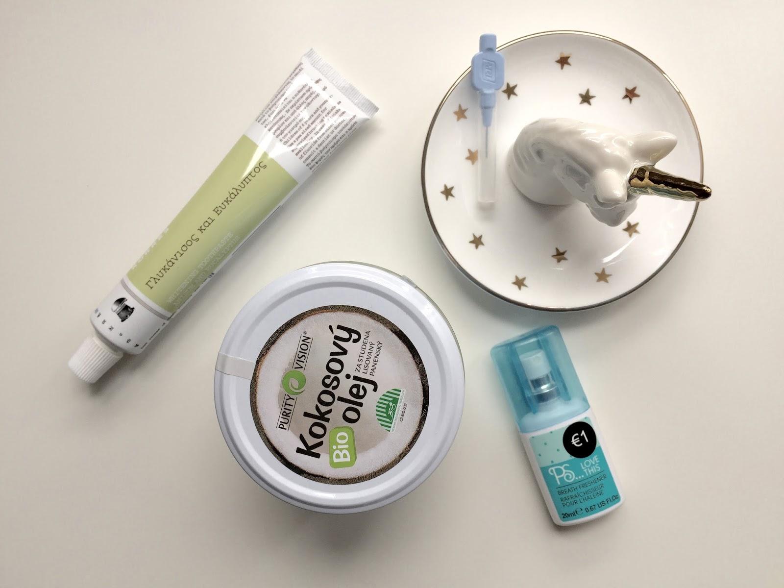 Zubni pasta Korres, kokosovy olej Purity vision, mezizubni kartacek TePe a ustni osvezovac na bilem podkladu