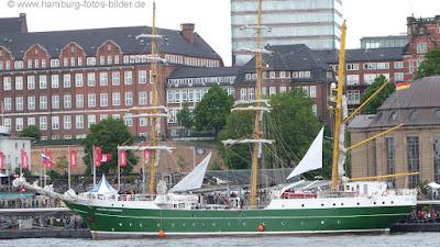 Segelschiff, Windjammer, Alexander von Humboldt 2, an den Landungsbrücken in Hamburg, Seitenansicht
