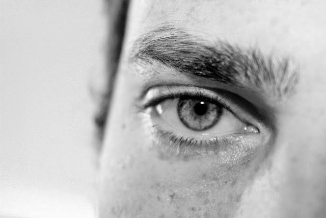 عين بالأبيض والأسود