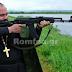 Πάτερ στην Ειδομένη βγήκε με όπλο και καλεί τον κόσμο σε πόλεμο