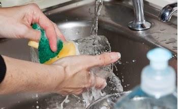 Πλένεις τα πιάτα στο χέρι; Αυτό το κόλπο θα σου λύσει τα χέρια