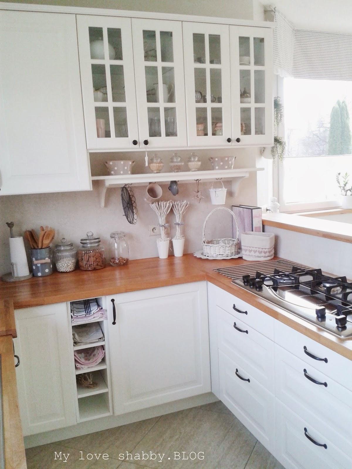Biała kuchnia z drewnianymi blatami