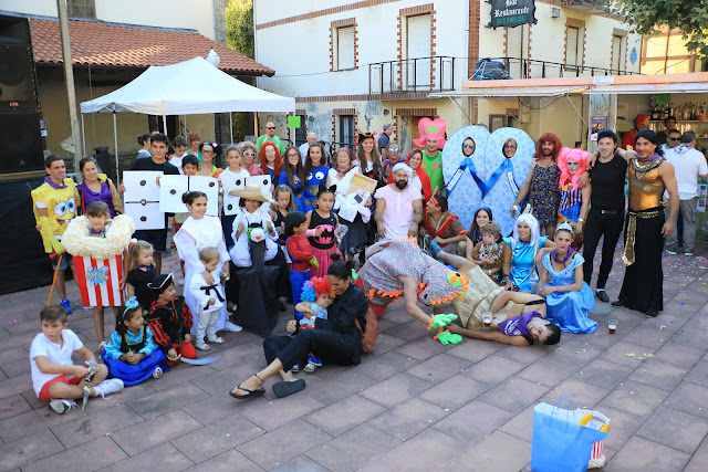 Participantes en el concurso de disfraces de las fiestas de El Regato