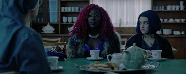 Starfire y Raven  toman té y pastas junto a una monja, al fondo vemos estanterías llenas de tazas.
