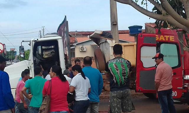 Mulher acaba de morrer esmagada por caminhão em acidente com moto taxi em Cacoal, a mulher era a carona