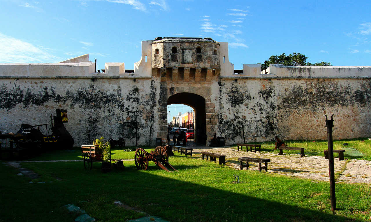 panorámica de un baluarte en Campeche