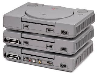 Distintas consolas de PlayStation One según diversos tipos de entradas por la cara posterior