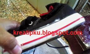 cara menghilangkan bekas lem  di sepatu