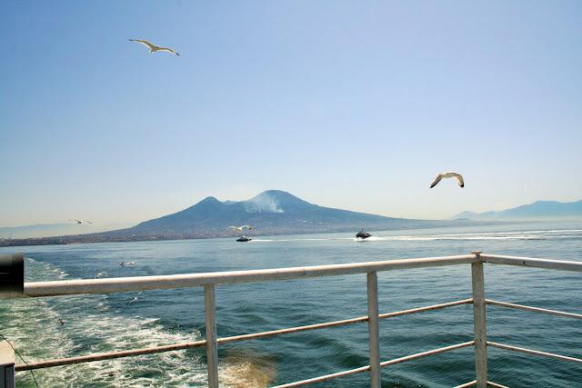 gabbiani, uccelli, volatili, mare, acqua, ringhiera, Vesuvio, monte, cielo