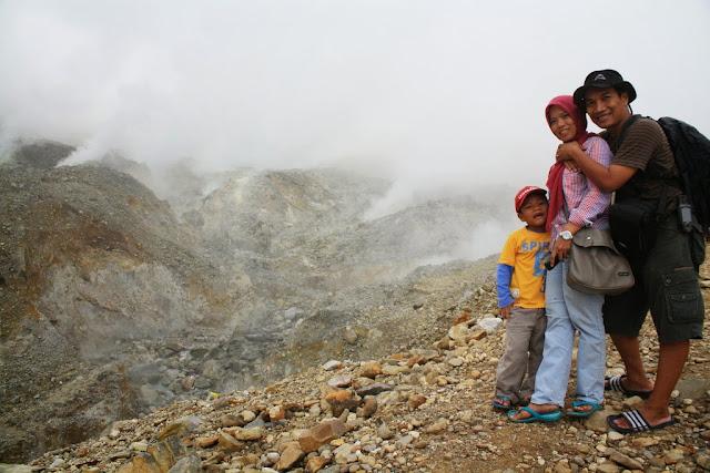 Berfoto bersama keluarga di pinggir kawah Gunung Papandayan.