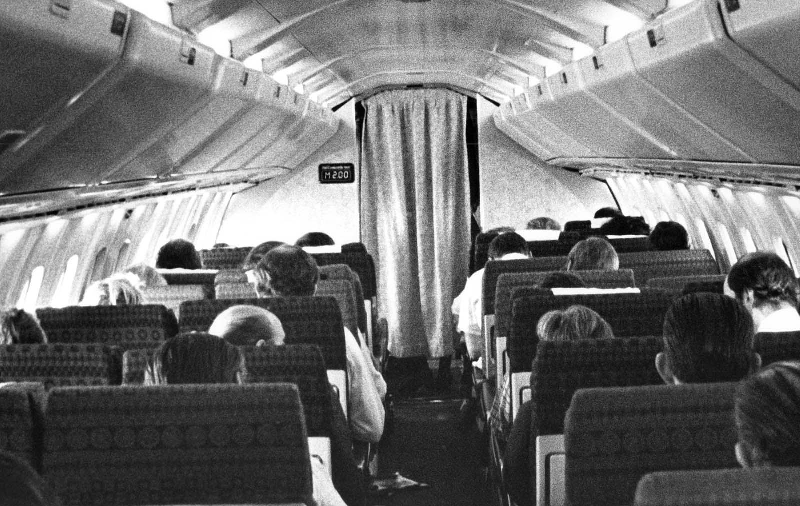 Az elején a 100 utas utastér egyszerű és kissé szűk volt.