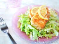 Peste cu parmezan pe pat de salata