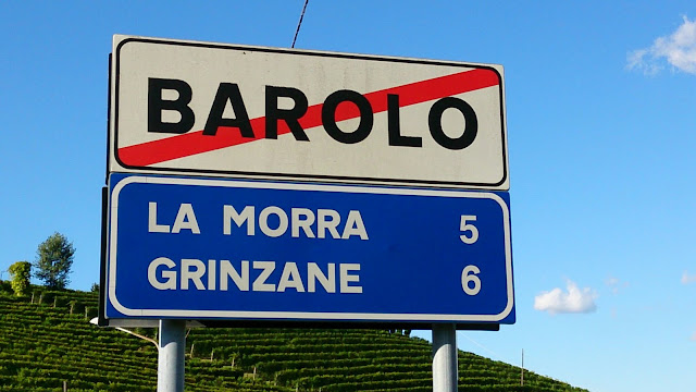 Road sign at the end of the village Barolo towards La Morra