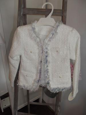 una amplia coleccion de chaquetas de vestir para niñas