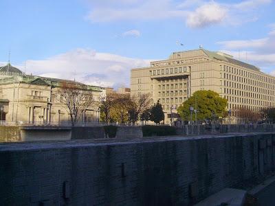 淀屋橋・大阪市役所(右)と日本銀行・大阪支店(左)