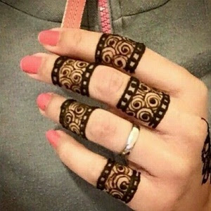 Ukiran Henna Simple Di Tangan