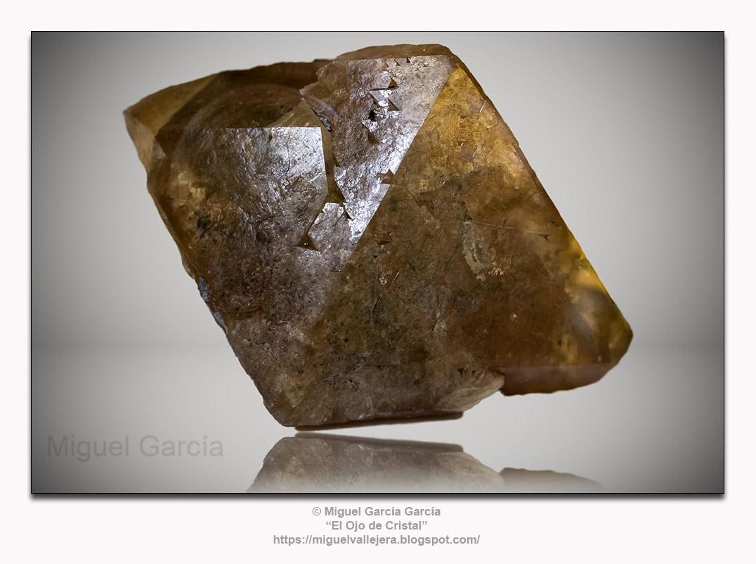 Cristal de Scheelita (CaWO4). Mina Turmalina - Piura