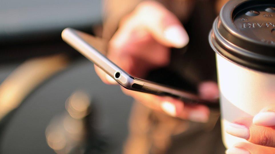 Έρευνα Kapa Research: Οι Έλληνες ξυπνάμε με το κινητό στο χέρι