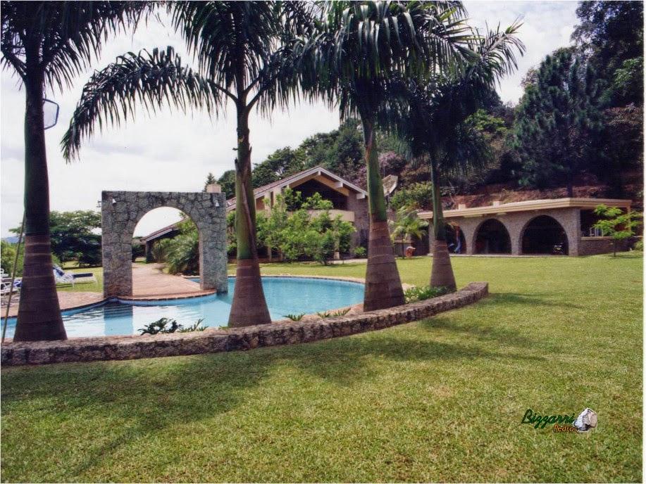 Parede de pedra do pórtico da piscina tipo duas faces, com pedras tipo rachão de granitos cortada a mão com espessura de 40 centímetro de altura.