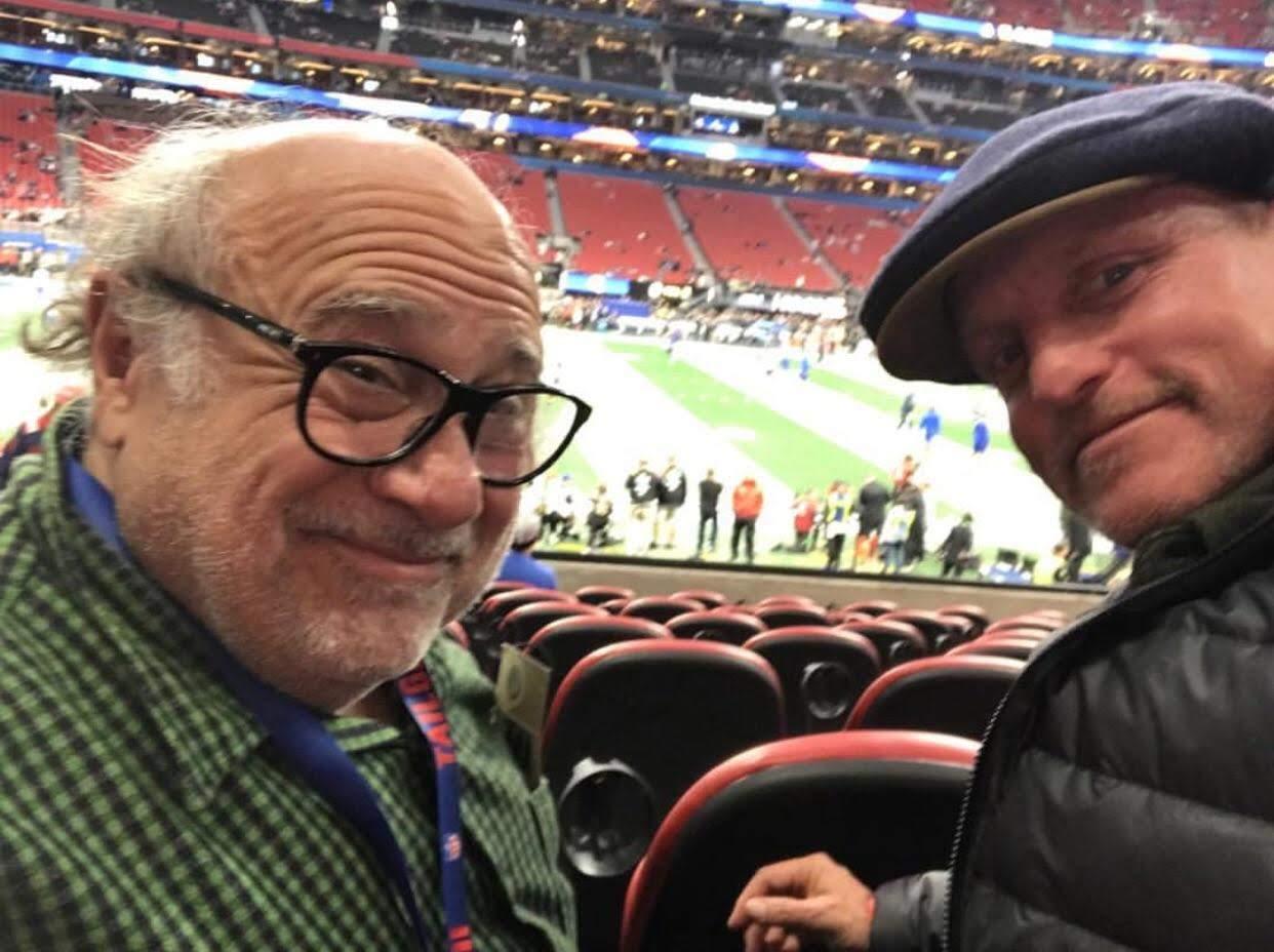 Danny Devito and Woody Harrelson enjoyed Super Bowl 2019 :「ダンボ」が来月3月29日から全米公開の親友ダニー・デヴィートと一緒に、第53回スーパーボウルを楽しんだウディ・ハレルソンは現在、「ゾンビランド 2」を撮影中です ! !