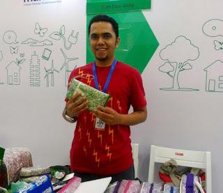 """Sejak tahun 2011, Hijrah Purnama Putra menghasilkan beragam produk olahan yang mampu menembuh pasar lokal dari Aceh hingga Papua. """"Kita mulai kumpulkan kemasan plastik sejak tahun 2005, awalnya dari burjo yang menjual mi instan kemasan plastik. Nah baru tahun 2009 bisa dimanfaatkan untuk tas yang saat itu akan dipakai seminar,"""" tutur Dosen Teknik Lingkungan di UII, Yogyakarta kepada KR Jogja, Jumat 11 Maret 2016."""