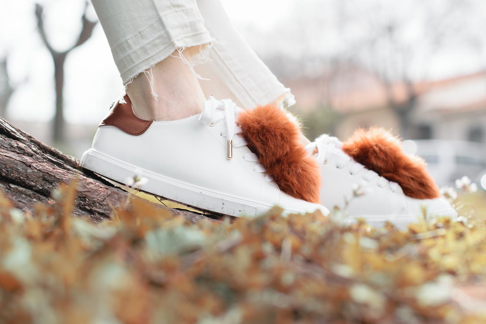 Look con sneakers de pompones