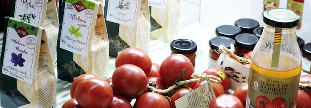 botella de zumo de tomate con etiqueta zumo de tomate ramillete ecológico