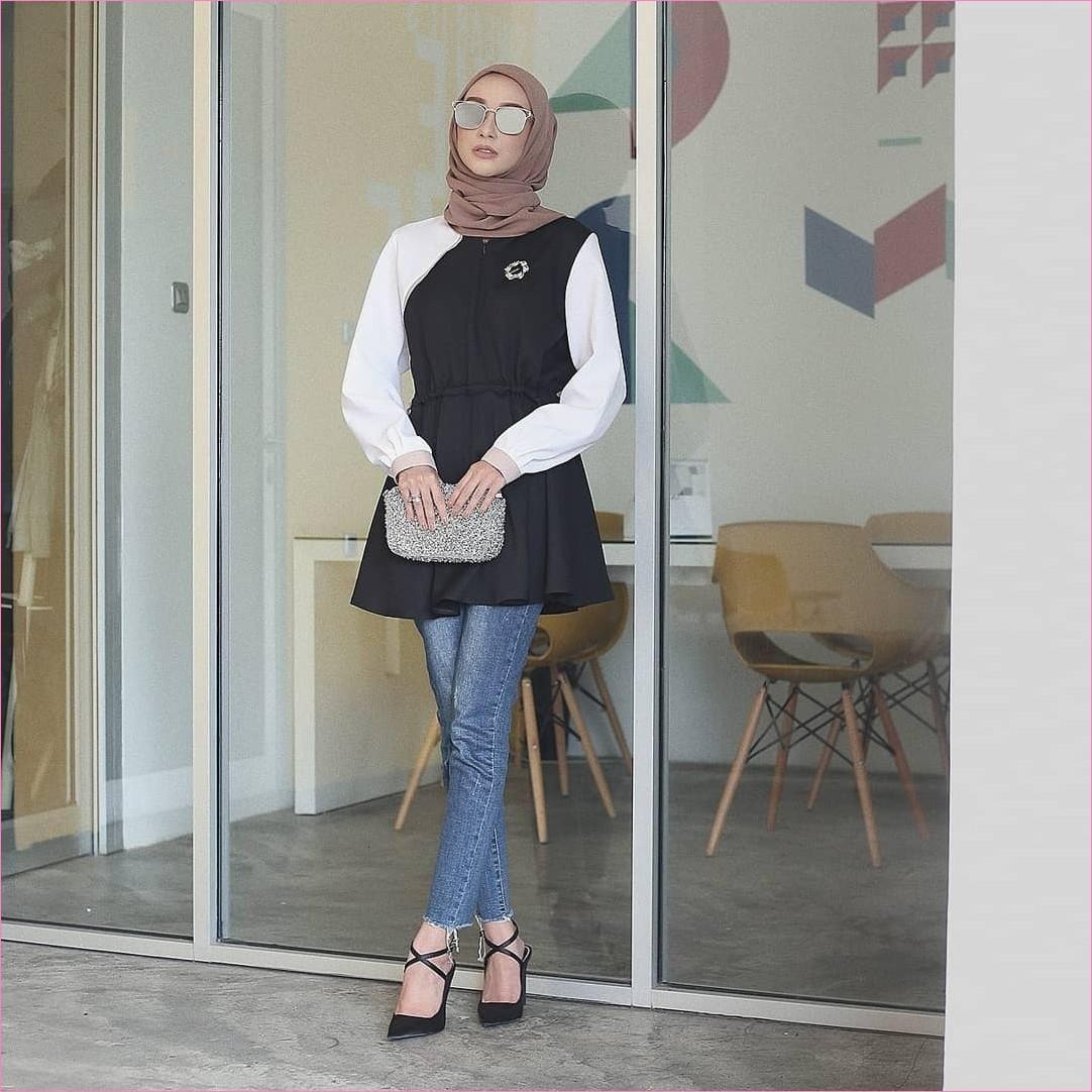 Outfit Celana Jeans Untuk Hijabers Ala Selebgram 2018 blouse tunic hitam putih dompet clutch abu hijab pashmina square krem tua pants jeans denim wedges high heels kacamata abu ootd trendy kursi kayu rotan