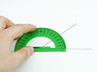 Bir minkale ya da iletki cetveli ile kağıt üzerindeki bir açının ölçülmesi