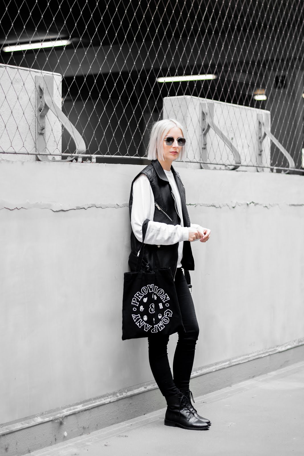 black and white outfit, minimal, street style, pandco, provision & co, sacha shoes, lace up boots, veter laarzen, biker vest