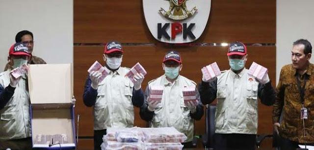Bukan Cuma Uang, Pejabat Kemenpora Juga Terima Barang-barang Mewah Ini