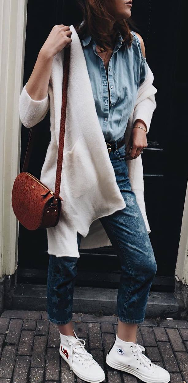 fall casual outfit idea : white cardi + bag + denim shirt + printed jeans + sneakers