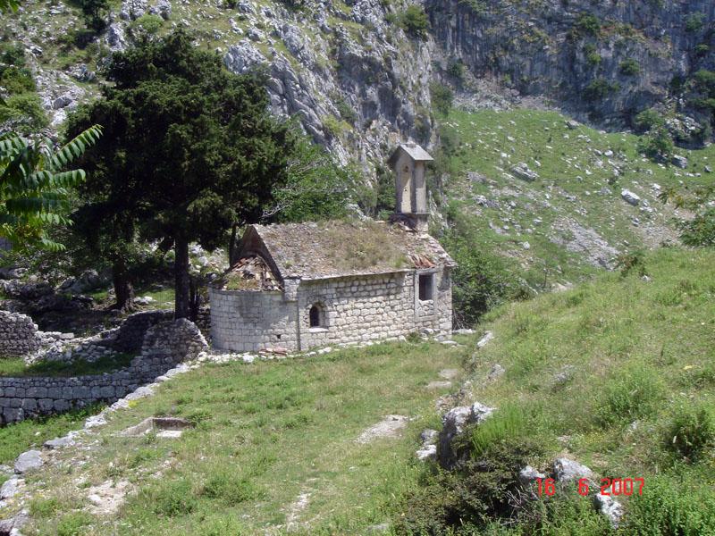 Часовня-за-Которской-крепостью-Черногория